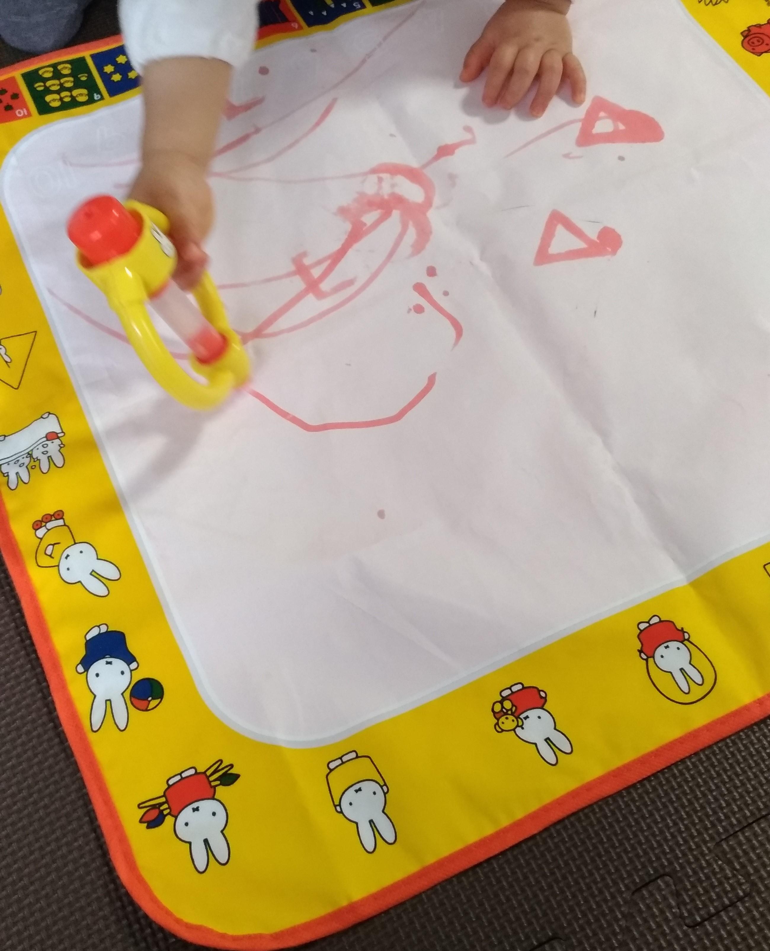 1歳で初めてお絵かきするなら水で描けるスイスイおえかきがおすすめ!使った口コミ感想!