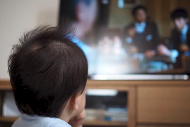 赤ちゃんにテレビを見せると脳や視力に悪影響?見せる時間など上手な付き合い方を知ろう!
