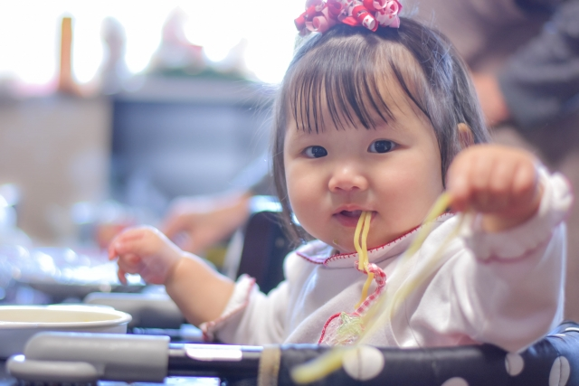 1歳半で食事中に遊び食べする時しつけは必要?上手な叱り方と対処方法